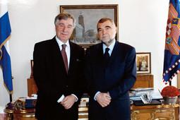 S predsjednikom Stipom Mesićem Milanović je prijatelj još iz vremena maspoka; zajedno su izišli iz HDZ-a sredinom 90-ih