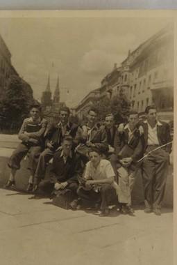 Sa školskim kolegama iz 6. razreda II. klasične gimnazije 1942. ili 1943. godine u Zagrebu