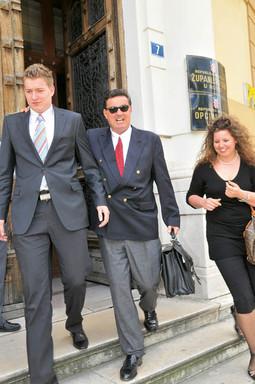 OGNJEN ŠIMIĆ snimljen pred riječkim sudom sa sinom i kćeri