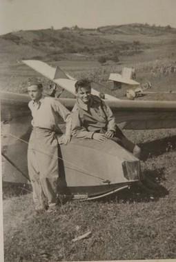 DJETINJSTVO I RANA MLADOST Šesnaestogodišnji Mladen Paver s prijateljem Gabrijelom Ožboltom u Jedriličarskoj školi Sv. Nedelja 1942. godine