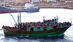 IZBJEGLIČKI VAL IZ AFRIKE Ribarski brod prepun imigranata iz Tunisa prošli tjedan pred obalom Lampeduse