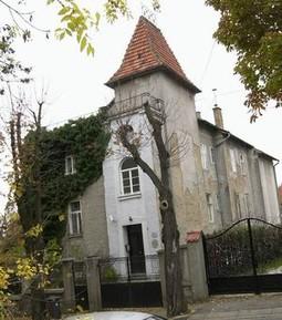 Jedino je trošna zgrada u Jurjevskoj 51 groteskno odudarala od zagrebačkog glamura. U njoj su bili Da Costin ured i stan.