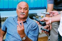PRIORITET SU DOMAĆI RADNICI Ozren Matijašević, čelnik HUS-a, smatra da je apsurdno dovoditi strane radnike u zemlju sa 300. 000 nezaposlenih