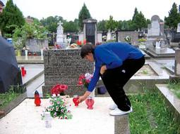 Posjet Ovčari i obiteljskoj grobnici-Bogut je na Ovčari u Vukovaru zapalio svijeću za poginule u Domovinskom ratu, a u Osijeku je posjetio obiteljsku grobnicu