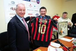 ŽELEZNJAK I MARINKO BOBAN s dresom slavnog nogometaša Zvonimira Bobana