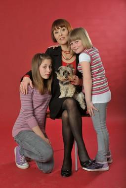 Zrinka Vrabec-Mojzeš s kćerima i kujicom Bamy