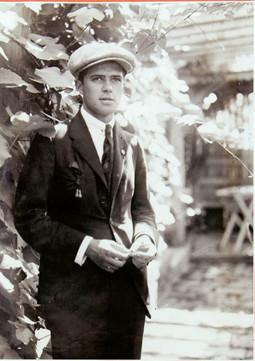 ČEDOMIL PLAVŠIĆ bio je vođa grupe, a u kolažima je pratio biografije članova. Rukopis prve predstave Travelera 'I oni će doći' koji ima desetak stranica