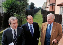 Talijanski ministar unutarnjih poslova Roberto Maroni (lijevo) s premijerom Silvijem Berlusconijem u obilasku naselja za smještaj imigranata u okolici Catanije - Maroni je glavni zagovornik teze da bi Italija trebala napustiti EU zbog imigrantske krize